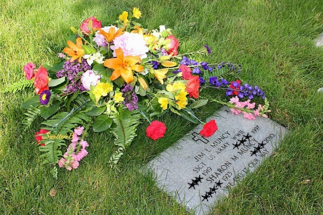 parents graveside-flowers-Memorial Day-remembrance-SwittersB-photography