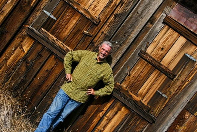 balance-old building-SwittersB-rustic-rural-old wood
