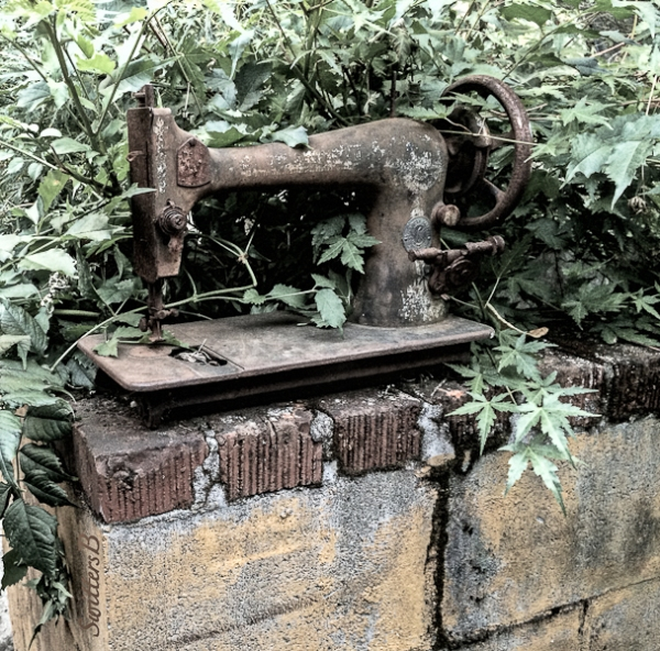 old-sewing-machine-yard-art-swittersb